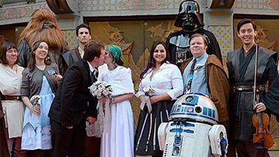 'Star Wars: El despertar de la Fuerza': Una pareja de fans celebra una boda temática el día del estreno
