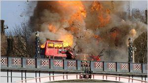 La explosión de un autobús durante el rodaje de la nueva película de Jackie Chan provoca el pánico en Londres