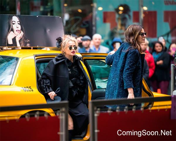 Helena Bonham Carter bajando de un taxi con la imagen de Hathaway encima