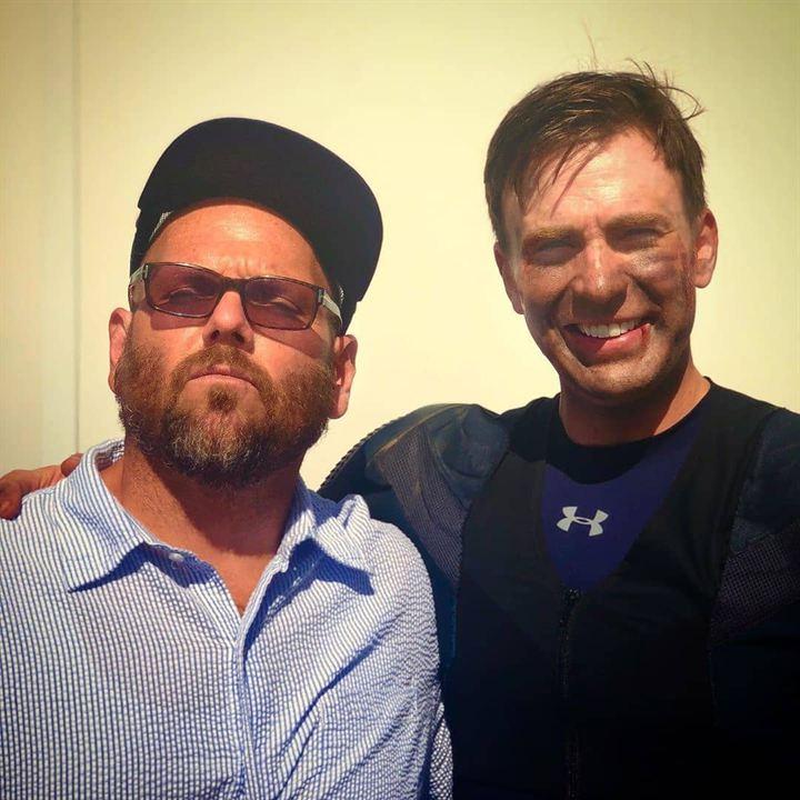Chris Evans con un compañero del equipo de la película