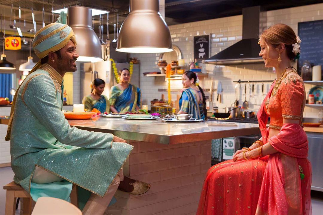 De la India a París en un armario de Ikea : Foto Dhanush, Erin Moriarty