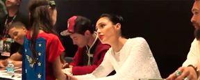 Comic Con 2017: Gal Gadot ('Wonder Woman') tranquiliza a una fan emocionada durante la firma de autógrafos