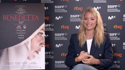 """Virginie Efira, la polémica monja lesbiana de Paul Verhoeven en 'Benedetta': """"Las críticas son parte del trabajo y me gusta el riesgo"""""""