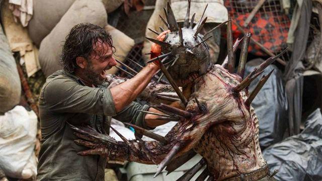 El zombi desnudo, un mordisco inolvidable y otros momentos 'WTF' que 'The Walking Dead' quiere superar en la temporada 11