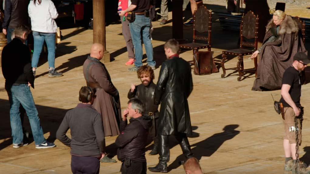 Los hermanos Lannister bailando (y Brienne fumando)